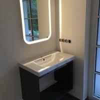 Waschbecken und Spiegel aufgehängt